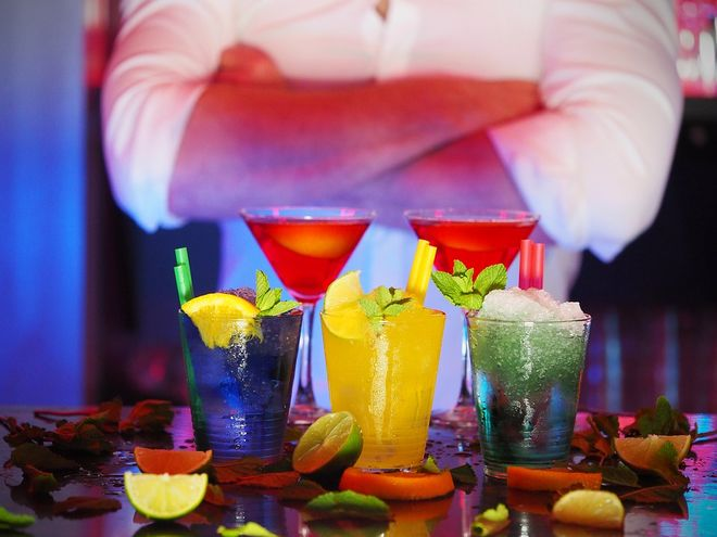 Коктейли и бармен