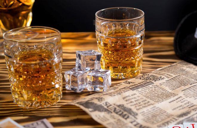 Два стакана с виски