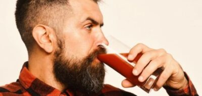 Мужчина пьет томатный сок