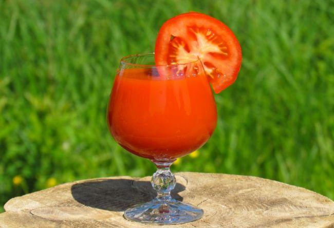 Стакан свежего томатного сока