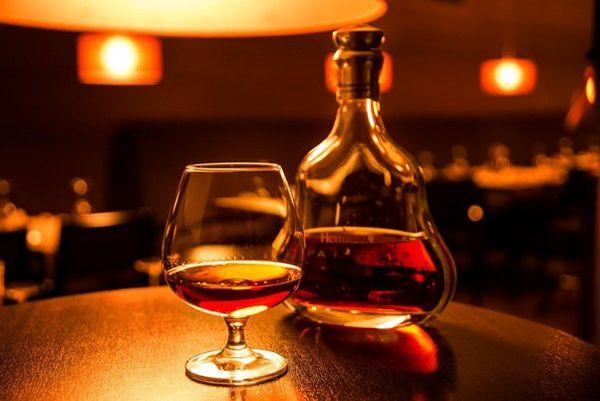 Открытая бутылка коньяка