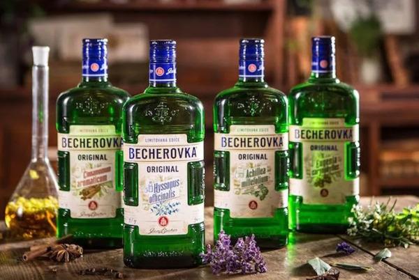 Чешский алкогольный напиток Бехеровка
