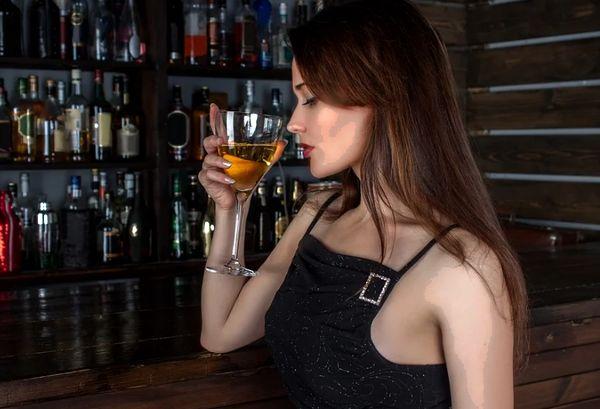 Девушка пьет алкоголь