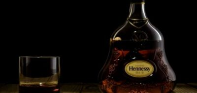 Бутылка коньяка на черном фоне