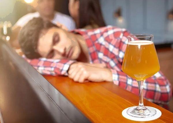 Мужчина после пьянки