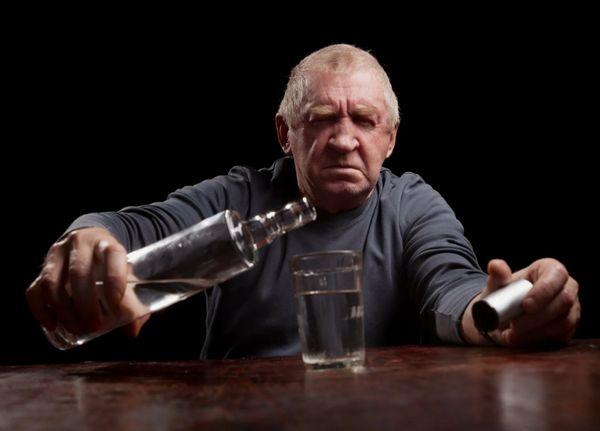 Пожилой пьяный мужчина
