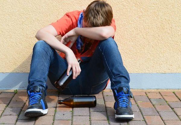 Пьющий подросток
