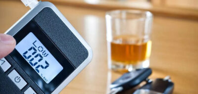 Алкотестер и алкоголь на столе